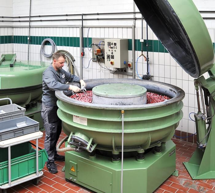 Circular machines for vibratory grinding of items with diverse dimensions